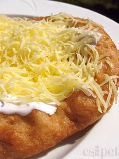 Lángos /salty deep fried dough with garlic, sour creme and cheese/ Hungarian Cuisine, Hungarian Recipes, Hungarian Food, Crepes And Waffles, Breakfast For Kids, Sweet And Salty, Winter Food, Soul Food, Macaroni And Cheese