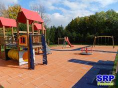 Fallschutzplatten - Öffentlicher Kinderspielplatz mit div. Spielgeräten. Flächengrüße ca. 300qm, in EPDM-Orange und EPDM-blau