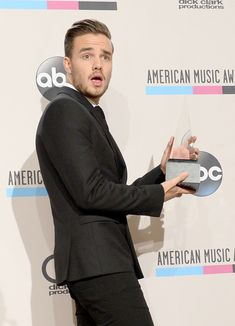 Liam Payne Photos - Singer Liam Payne of One Direction, winners of the Favorite Pop/Rock Album for 'Take Me Home,' poses in the press room during the 2013 American Music Awards at Nokia Theatre L.A. Live on November 24, 2013 in Los Angeles, California. - Press Room at the American Music Awards