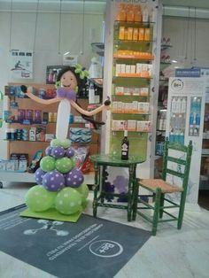 Farmacia La Mandrágora. San Lucar de Barrameda. Teatralización de la sala de ventas en feria. Divertido y original.