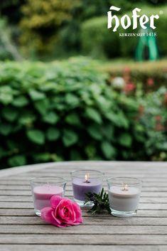 Gemütlich auf der Terrasse sitzen und das Leben genießen... das können wir im Sommer wieder tun! Auf dem Tisch darf Kerzenlicht natürlich nicht fehlen. In unserem Shop findet ihr viele Kerzen für den Outdoorbereich. Table Decorations, Board, Outdoor, Home Decor, Patio, Summer, Life, Outdoors, Decoration Home