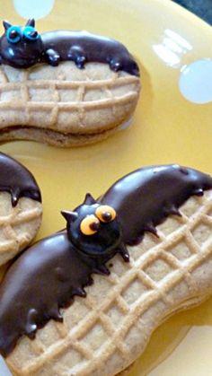 Nutter Butter Bats 22 Treats To Make For Halloween! Fete Halloween, Halloween Fruit, Halloween Goodies, Halloween Punch, Halloween Desserts, Halloween Food For Party, Halloween Cupcakes, Halloween Treats To Make, Halloween Halloween