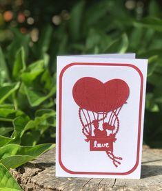"""Přáníčko+""""Srdcový+balón+s+novomanželi""""+Přáníčko+s+novomanželi+v+balónu+je+skvělé+jako+gratulace+ke+svatbě.+Balón+je+ve+tvaru+srdce+a+na+koši+balónu+je+nápis+LOVE,+neboť+s+láskou+by+mělo+vzkvétat+každé+manželství+:-)+Blahopřání+ke+sňatku+je+možné+vyhotovit+v+barevné+kombinaci+podle+Vašeho+přání.+Přáníčko+zasílám+jako+doporučené+psaní+v+bublinkové... Container"""
