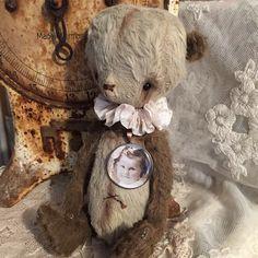 Lisa & Olive Grove Primitives I am an Australian teddy bear & Doll maker.