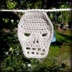 Skull Crochet Pattern (via Shara Lambeth Designs) Crochet Skull Patterns, Crochet Motifs, Crochet Quilt, Crochet Stitches Patterns, Crochet Designs, Knit Crochet, Crochet Appliques, Crochet Throws, Crochet Potholders