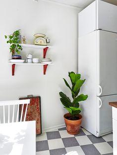 Via Stadshem | Bright Kitchen | Checkered Floor | Plant