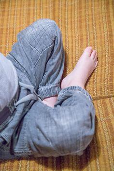 Lapsen farkkujen puhki kuluneiden polvien korjaus