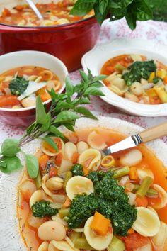 Ein Schüsselchen voller Gemüse, das Ganze gekrönt von einem Klecks Pistou! Für mich ein wahres Spätsommervergnügen! Dazu noch ein Stückchen Baguette zum Auftunken des Suppenrestes – ach was f…