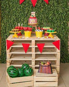 """""""Tema: Quitanda! Planejamento e decoração: @bluedecor.oficial Mobília e peças: @caramelo_recife Doces: @marianaparini_insta Biscoitos:…"""""""