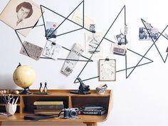 Moodboard: Schwarz auf Weiß  Das braucht man für das Moodboard:  Gummiband (laufender Meter; ca. 2 cm breit), Möbeltacker + Munition, Fotoklammern oder Foldback-Klammern (Bürobedarf)  Moodboard - so geht's:  1. Gummiband, beispielsweise in Schwarz, mit dem Möbeltacker in Zickzackmustern an der Wand fixieren.  2. Bilder, Postkarten etc. mit Klammern (s.o.) an das Gummiband heften oder einfach dahinterklemmen.