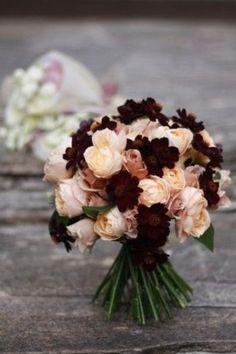 こちらはブーケですが、このように薄いピンクのお花たちのワンポイントとしてチョコレートコスモスを入れてもオシャレ。バラのスイートな雰囲気を、シックに引き締めてくれます。