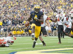 Michigan Wolverines running back De'Veon Smith runs