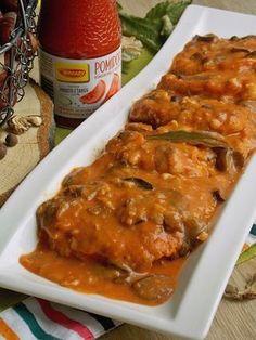 Miękkie i kruche plastry schabu duszone w pomidorowym sosie z leśnymi grzybami. Schab jest soczysty dzięki temu, że moczył się wcześniej w mleku, a w połączeniu z aromatycznym i lekko kwaskowatym s…