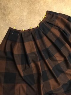 Anthro Inspired Buffalo Check Plissee Midirock Nähen Tutorial + Easy No Mark Pleat Methode Pleated Skirt Tutorial, Pleated Skirt Pattern, Skirt Pattern Free, Skirt Patterns Sewing, Pleated Midi Skirt, Skirt Sewing, African Prom Dresses, Casual Skirt Outfits, Diy Clothing