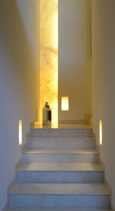 Corredores, halls e escadas modernos por VICTORIA PLASENCIA INTERIORISMO