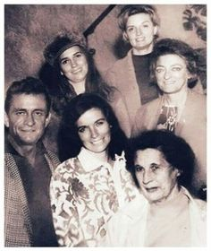 Johnny Cash with the Carter family --Helen, June, Anita & Mother Maybelle with her sister Sara Johnny Und June, Johnny Cash June Carter, Cody Jinks, Carter Family, Country Musicians, American Country, Outlander, Black Men, Couple Photos