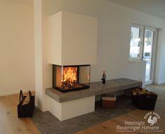 Panoramakamin mit Naturstein-Feuerbank und Naturstein-Funkenschutz #Panoramakamin #fireplace #Kamin #Ofen #Feuer #Holz #Ofenbauer #Ofenkunst #Naturstein #Wohnzimmer #München #Rosenheim #Riedering