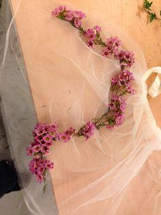 Jeg har fleste voksblomst på balletkjørt Floral Wreath, Wreaths, Home Decor, Floral Crown, Decoration Home, Door Wreaths, Room Decor, Deco Mesh Wreaths, Home Interior Design