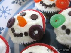 Alice and the Mock Turtle: Snowman Cupcakes With the Best Buttercream Frosting Christmas Cookies Kids, Christmas Snacks, Christmas Cupcakes, Christmas Cooking, Christmas Goodies, Holiday Treats, Holiday Recipes, Christmas Recipes, Christmas Stuff