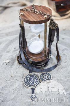 Collier de fantaisie en cuir et laiton « Fille de l'Alchimiste »  Ce collier unique a été conçu spécialement comme partie de notre ensemble de robe et accessoires « Fille de l'Alchimiste ». https://armstreetfrance.com/boutique/accessoires/collier-exclusif-de-fantaisie-en-cuir-et-laiton-fille-de-lalchimiste
