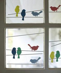 des silhouettes d'oiseaux colorés, collés à des vitres, activité créative de printemps, decoration fenetre a faire soi meme