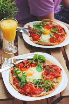 SMALLROSIE • Pizza na żytnim cieście z Chorizo, jajkiem i rukolą.
