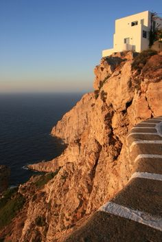 Plan a trip to Folégandros and get travel tips about Folegandros. Mykonos, Santorini, Great Places, Places To See, Beautiful Places, Paros, Medieval Town, Thessaloniki, Greek Islands