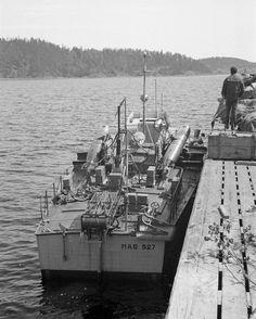 https://flic.kr/p/21kZfwZ | 1942, Union Soviétique, Le torpilleur italien MAS 527 de la XII Squadriglia MAS de la marine italienne à quai sur la rive du lac Ladoga