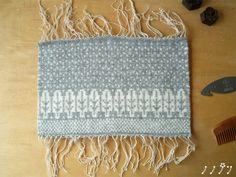 糸が余っていたので、以前、掲載した「ユキノヒ」柄を少しアレンジして織ってみました。   三月に入ったというのに、まだ冬糸・冬柄…。 しかも前回より、雪が...