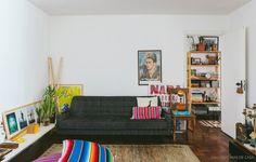 Almofadões coloridos, sofá vintage garimpado, objetos simpáticos  quadros e fotografias…