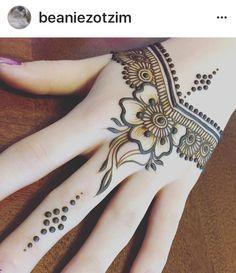 Hand henna Mehandi Henna, Henna Tattoo Hand, Henna Tattoo Designs, Mandala Tattoo, Henna Art, Beginner Henna Designs, Beautiful Henna Designs, Simple Mehndi Designs, Hand Designs