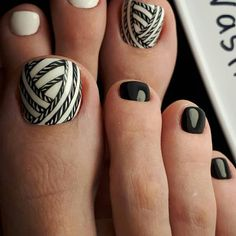 Your Fingernails Aren't the Only Place for Nail Art—Try These Fun Toe Designs Pretty Toe Nails, Cute Toe Nails, Toe Nail Art, Black Toe Nails, Black Nail, White Nails, Black White, Pedicure Designs, Manicure E Pedicure