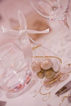 goutte en plexi, fil métal or et nœud satin blanc Pearl Earrings, Pearls, Jewelry, Fashion, Wedding Keepsakes, Party, White Satin, Weddings, Moda