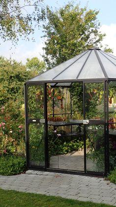 Keräsimme avuksesi vinkkejä kasvihuoneen perustukseen. Kaikki alkaa hyvästä pohjatyöstä ja oikein valitusta paikasta. Outdoors, Gardening, Lawn And Garden, Outdoor Rooms, Off Grid, Outdoor, Horticulture