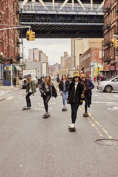Meet The Coolest All Girl Skate Squads In The Country – NYLON May 2016 Treffen Sie die coolsten All-Girl Skate Squads des Landes Skater Girl Style, Skater Girl Outfits, Skate Style Girl, Girls Skate, Surf Girls, Skater Kid, Squad Pictures, Arte Hip Hop, Skateboard Girl
