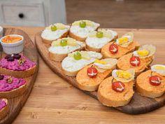 Chlebíčky podle Aničky — Peče celá země — Česká televize Pineapple, Cheesecake, Fruit, Desserts, Food, Tailgate Desserts, Deserts, Pine Apple, Cheesecakes
