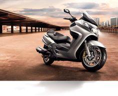 SYM MAxsym 600 ABS 2014: Para el año que viene, el SYM Maxsym 400 compartirá catálogo con su nuevo hermano de 565 cc, el Maxsym 600. Este modelo llega para plantarle cara a la Yamaha T-MAX 530, los...