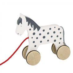 Blanc et à pois noirs, cet adorable cheval à tirer, est parfait pour éveiller les enfants et décorer leur chambre. Il est si mignon dans une chambre de bébé, que beaucoup l'achètent en cadeau de naissance.