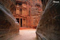 Petra: una meraviglia unica al mondo. Lasciati stregare dalle mille gradazioni dei suoi colori e dalla sua spettacolare maestosità.