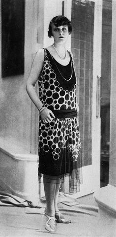 * Robe de diner Worth, Les Modes Juillet 1926. Photo G. L. Manuel Frères.