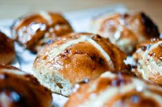 Hot Cross Buns au chocolat blanc, dattes et pistaches