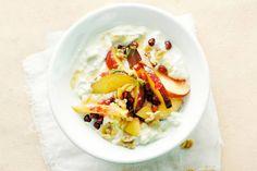 Met dit ontbijt vol fruit, noten en zuivel heb je genoeg energie voor de hele dag! - Nectarines met honingyoghurt - Recept - Allerhande