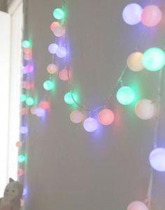Ahora que se viene la Navidad, hay que empezar a ver nuevas formas para decorar la casa. Buscando encontramos este DIY que está buenísimo y fácil de hacer! Consigue una guirnalda de luces led que tenga ampolletas pequeñas y muchas pelotas de pin pon Haz un pequeño agujero en la pelota para introducir la luz …