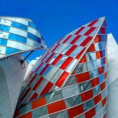 installation éphémère de verres de couleur par Daniel Buren sur la Fondation Louis Vuitton de F Ghèry à Paris