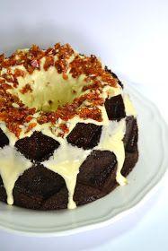 Uma das receitas favoritas de bolo de cenoura com creme de queijo.  One of the favorites carrot-creamcheese cake.     Numa forma linda:  Jub...
