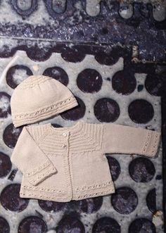 Den fineste lille babytrøje med hue til turen hjem når vi er blevet født. Dette smukke lille sæt kan strikkes