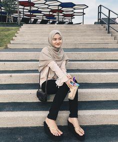 Image may contain: 1 person, stripes and outdoor - Fashion Maxx Casual Hijab Outfit, Hijab Chic, Hijab Dress, Ootd Hijab, Hijab Teen, Girl Hijab, Ootd Poses, Hijab Fashion Inspiration, Outdoor Fashion