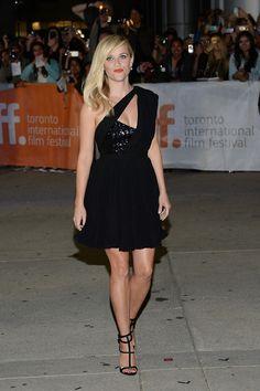 En la alfombra roja de la première de la película Wild, la actriz Reese Witherspoon lució un LBD asimétrico de color negro. El juego de texturas de la parte superior y el pliege del tejido de gasa de la parte inferior mostraron que las posibilidades de este básico de la alfombra roja son infinitas. ¿Un plus? El toque anaranjado de sus labios aportó frescura al sobrio estilismo.