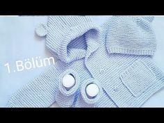 Hem kız bebekler hem de erkek bebekler için kullanabileceğiniz kulaklıklı kapüşon hırka yapımında bahsedeceğiz. Bu bere, patik ve kapüşonlu hırkadan oluşan bir bebek örgü takımıdır. Baby Boy Knitting Patterns, Baby Sweater Patterns, Baby Sweater Knitting Pattern, Knitted Baby Cardigan, Knitting For Kids, Knitting Designs, Baby Patterns, Baby Coat, Crochet Fabric