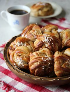 Skikkelig saftige kanelboller - krem.no Pretzel Bites, Sausage, Food And Drink, Bread, Baking, Cake, Sausages, Brot, Bakken